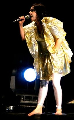 367px-Björk_Rock_en_Seine_2007_by Bertrand